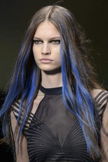 Una modella della sfilata Versace con le ciocche blu ideate dal colorist Josh Wood