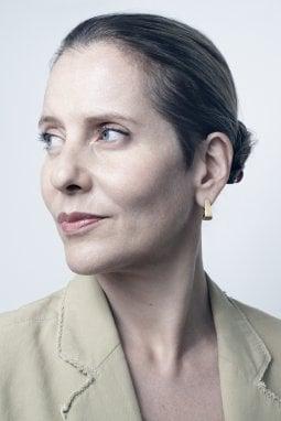 Un ritratto di Paola Antonelli, Direttrice Ricerca e Sviluppo e Senior Curator presso il Dipartimento di Architettura e Design del Museum of Modern Art di New York
