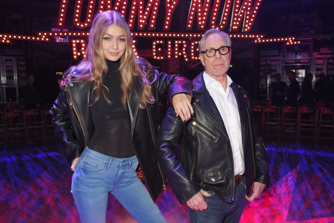 Tommy Hilfiger con la top model Gigi Hadid con la quale ha lanciato la linea TommyNow alla London Fashion Week