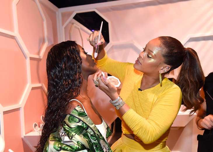 Rihanna in versione make up artist al lancio della sua linea a New York