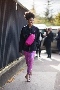 Parigi, una borsa a sacchetta portata altissima sul petto