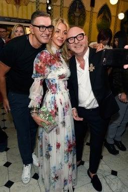 Domenico Dolce e Stefano Gabbana con la responsabile della sezione moda di Harrods a Londra