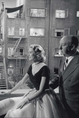 Grace Kelly e Alfred Hitchcock guardano il set costruito negli studi Paramount per il film