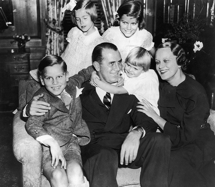 Grace Patricia Kelly, in alto a sinistra, in una foto di famiglia del 1935. Di fianco a lei la sorella Margaret Katherine, seduti, da sinistra a destra, il fratello John Brendan Jr., il padre John Brendan Sr., la sorella Elizabeth Anne e la madre Margaret Majer