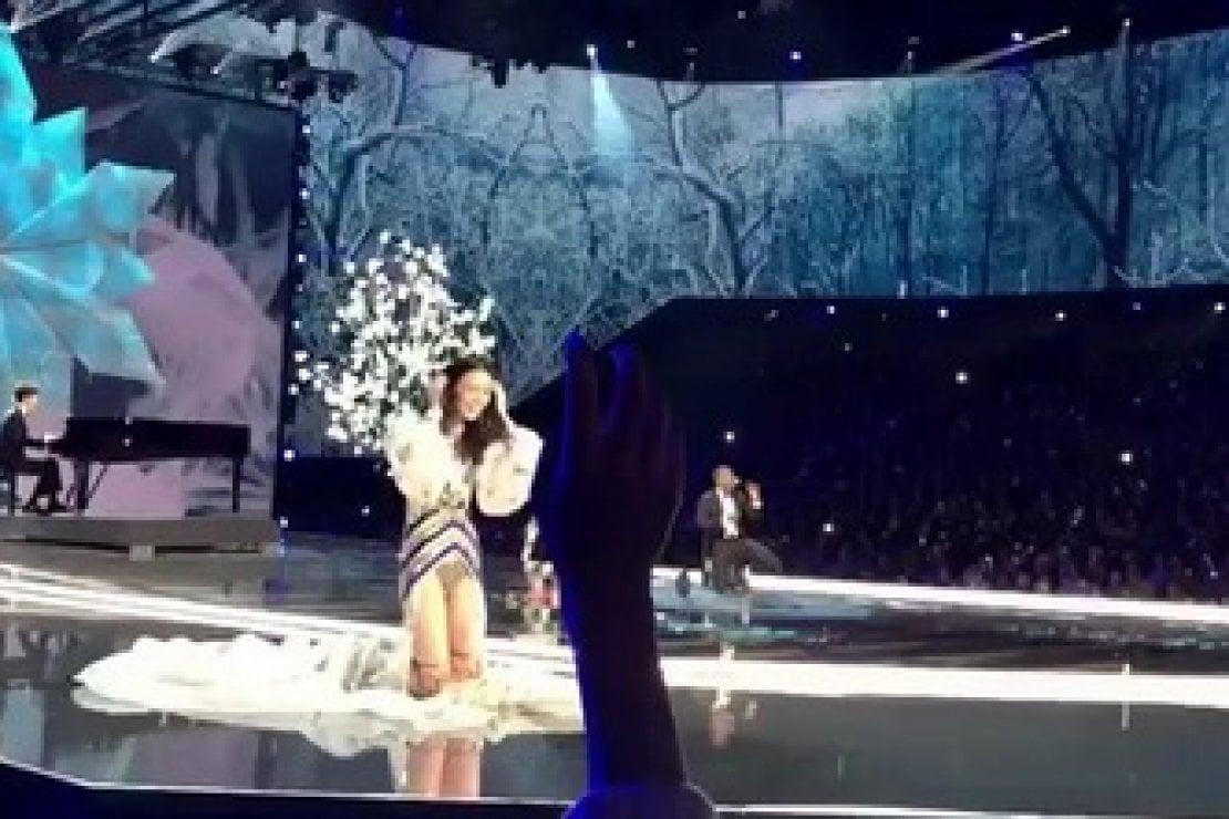 Il momento della caduta di Ming Xi durante lo show di Victoria's Secret