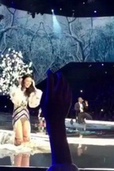 Victoria's Secret: cade la modella e il pubblico applaude