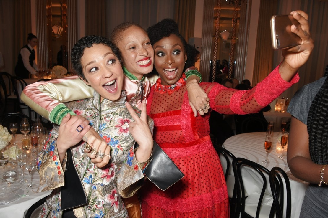 L'attrice Ruth Negga, la modella Adwoa Aboah e la scrittrice femminista e sensibile ai temi razziali Chimamanda Ngozi Adichie durante la serata per gli Harper's Bazaar Women of the Year Awards