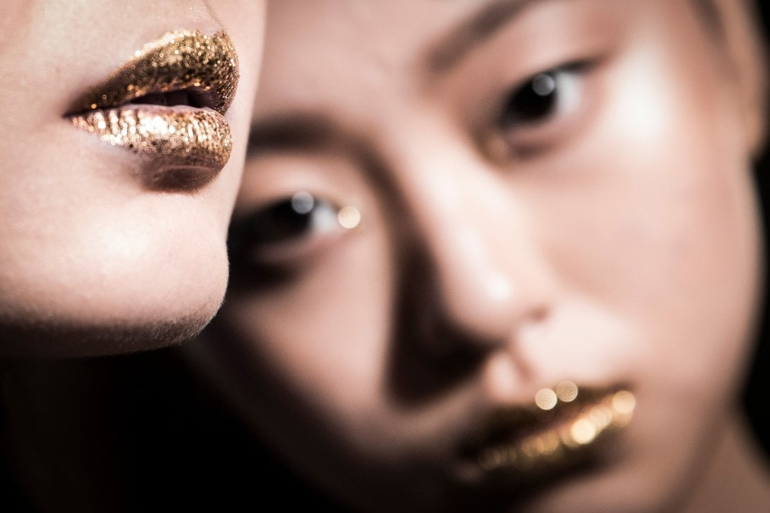 Occhi, labbra, zigomi: truccatevi d'oro per piacere