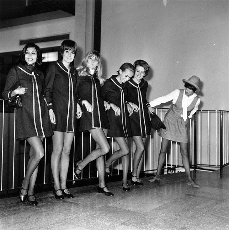 Mary Quant all'aeroporto di Heathrow con un gruppo di modelle prima di imbarcarsi per partecipare a un fashion tour continentale, 18 marzo 1968