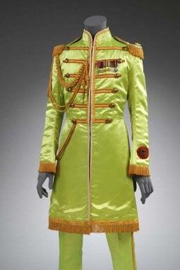 Abito di John Lennon per Sgt. Pepper, 1967 © Victoria and Albert Museum, riprodotto con il permesso di Yoko Ono Lennon