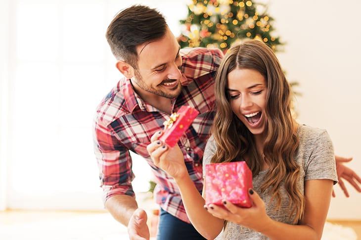 Bambini Che Scartano I Regali Di Natale.Regali Di Natale 10 Regole Per Non Sbagliare Il Galateo Per Amici