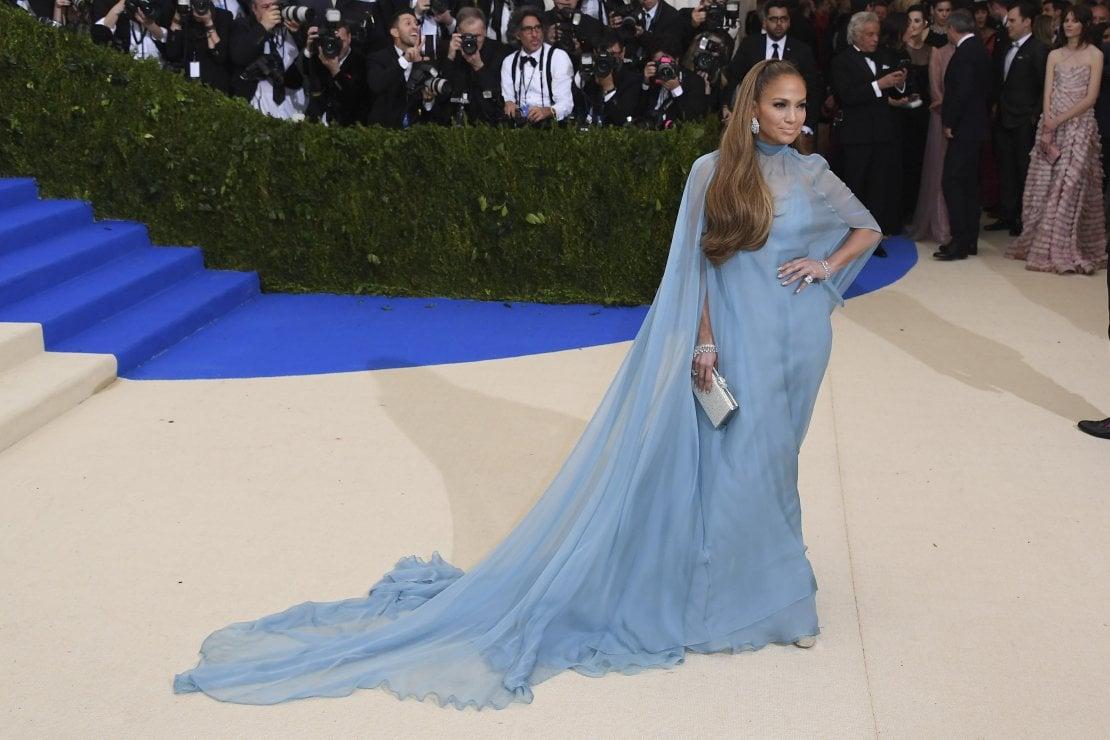 Jennifer Lopez elegantissima al Met Gala in un abito di Valentino