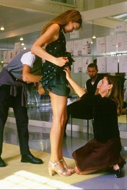 1994 Miuccia Prada sistema l'abito di Carla Bruni prima di una sfilata