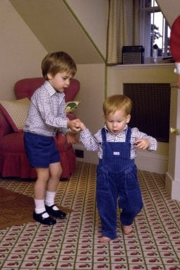 Dall'album di casa reale inglese: tutti i look del Principe Harry, da bambino a oggi