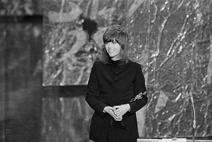 Jane Fonda con il Premio Oscar vinto nel 1972. Il suo tailleur pantalone di Yves Saint Laurent con collo alla coreana fu un atto di protesta politica