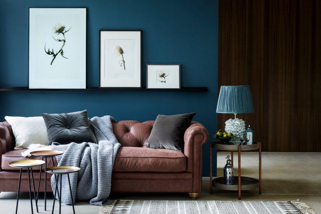 Consigli di stile per abbinare il divano alla parete - Divano letto blu ...