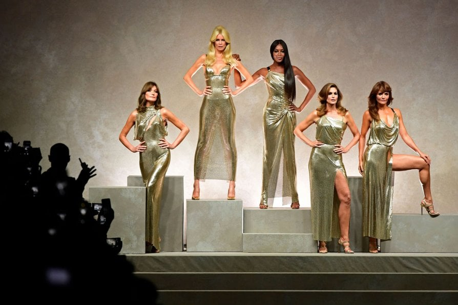 Naomi Campbell, Claudia Schiffer, Carla bruni, Cindy Crawford e Helena Christensen alla sfilata Versace PE 2018
