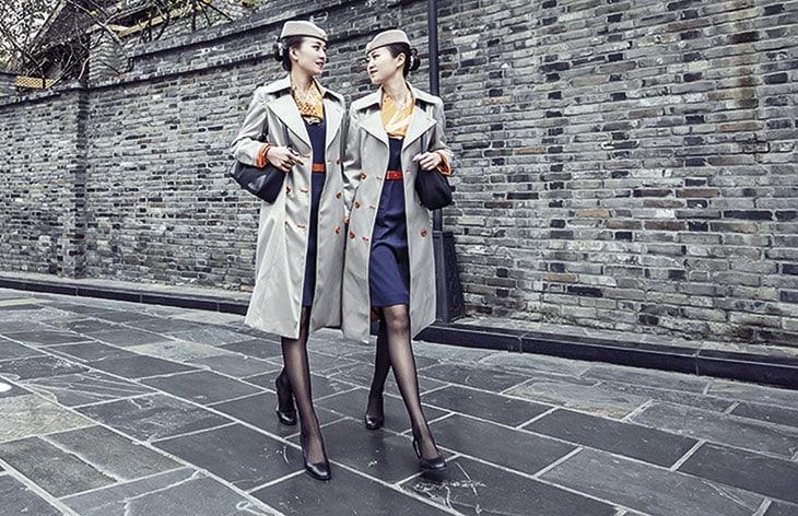 Le hostess di Qingdao Airlines, con divise di Christian Lacroix.