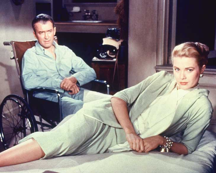 Grace Kelly, con un tailleur verde con gonna longuette, nel film La finestra sul cortile