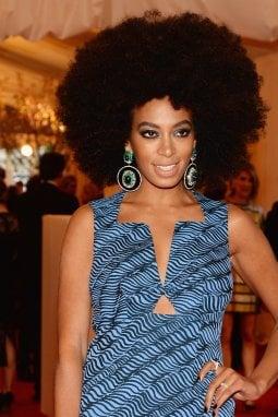 La cantante Solange Knowles con chioma afro divenuta sua cifra di stile