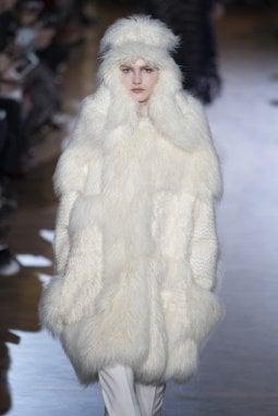 Foto di sfilata a/i 2015 di Stella Mc Cartney che aveva aperto lo show con una serie di pellicce  (ovviamente finte) come non se ne vedevano da  tempo