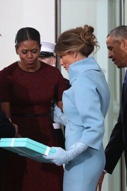 Il giorno dell'insediamento di Trump, Melania, con la celebre Blue Box, regala una cornice a Michelle Obama