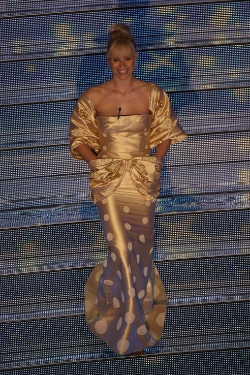 huge selection of a0bc0 0e3ba Tutti i look di Michelle Hunziker al Festival di Sanremo ...