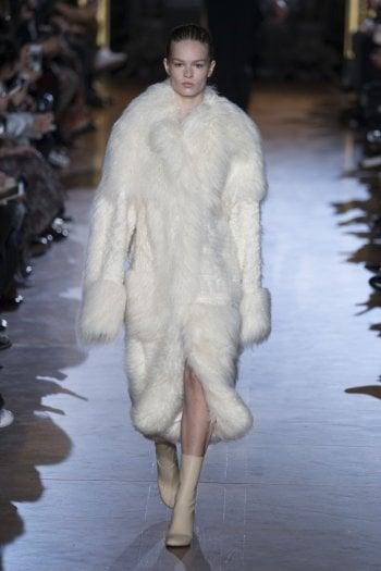 Sfilata autunno/inverno 2015-2016 di Stella McCartney. La stilista  inglese, è una paladina dello stile  vegano e rigorosa propugnatrice di  abiti e accessori di origine non  animale