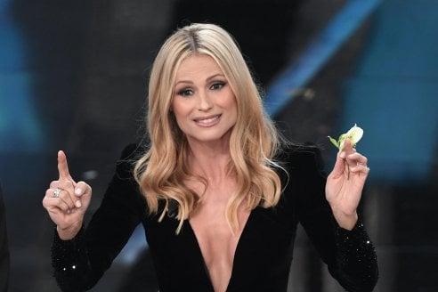 Image result for Michelle Hunziker e la maxi scollatura nella prima puntata di Sanremo