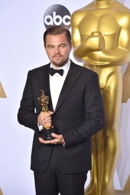 Leonardo DiCaprio posa con il premio Oscar vinto nel 2016 per Revenant