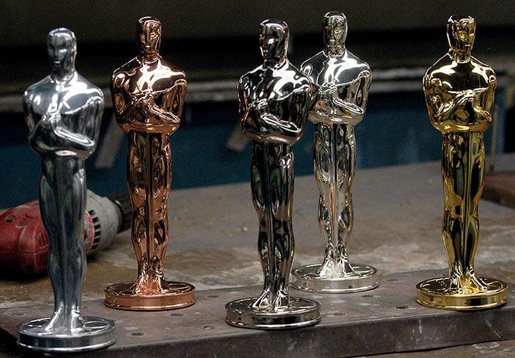Le statuette degli Oscar durante una fase della lavorazione. In  particolare si notino i vari stadi della placcatura con rame, argento e  infine oro 24 carati