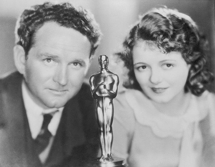 Frank Borzage e Janet Gaynor con il premio Oscar che entrambi hanno  vinto (Miglior Attrice lei, Regia lui) con il film