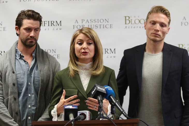 Il procuratore Lisa Bloom durante la conferenza stampa con i  modelli Mark Ricketson e Jason Boyce, tra gli accusatori di Bruce Weber