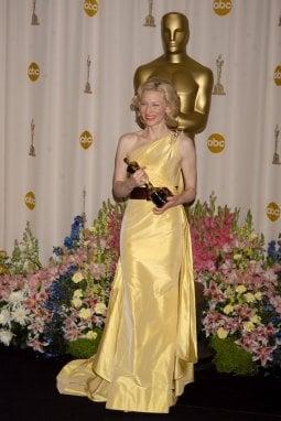 Cate Blanchett con l'Oscar vinto per The Aviator
