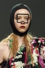 London Fashion Week: tra glitter e sopracciglia alla Brooke Shields. Le nuove tendenze trucco