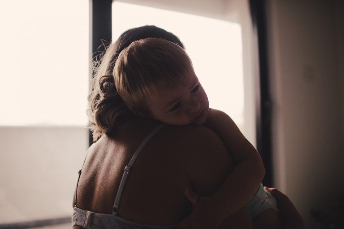 Mamme che pensano solo ai figli: come riconoscere depressione e perdita di identità