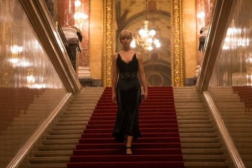 Jennifer Lawrence sensuale power woman sul set di Red Sparrow