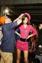 Selfie, risate e ritocchi: cosa succede nel backstage delle sfilate