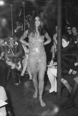 1967, Parigi: un abito di plastica sulla passerella di Paco Rabanne