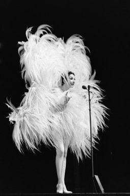 La ballerina e cantante francese Zizi Jeanmaire in un'esibizione a Parigi nel 1968