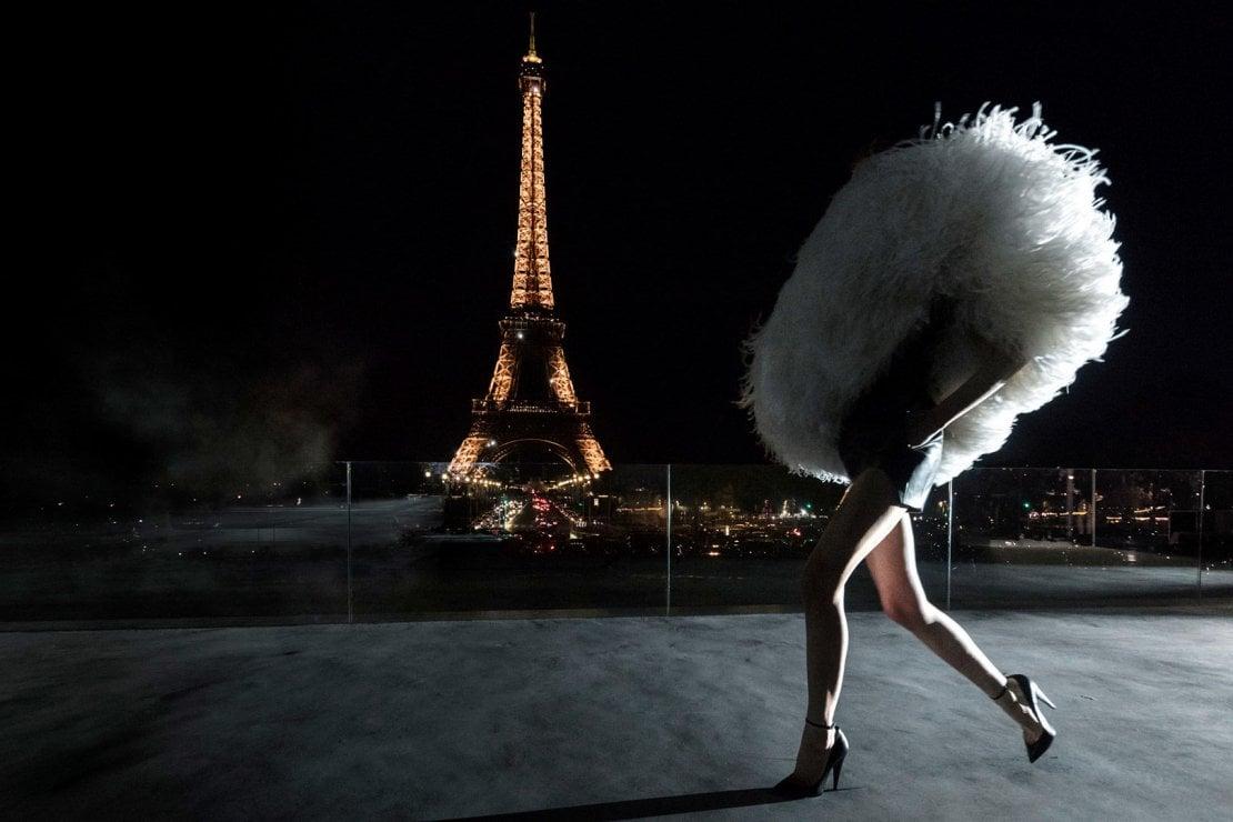 Un'immagine dal sito di Saint Laurent con un look della sfilata Primavera Estate 2018 a Parigi sotto la Tour Eiffel