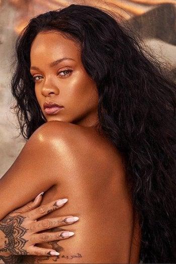 Chi ha bisogno di vestiti? La provocazione social di Rihanna per Fenty beauty