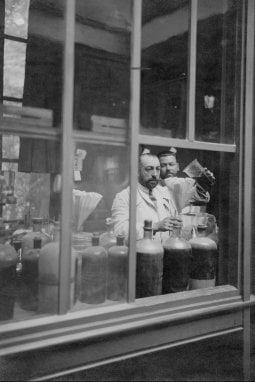 Paul Poiret nel suo laboratorio mentre miscela le fragranze per i suoi profumi