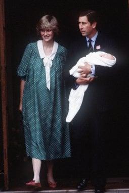 William in fasce in braccio al principe Carlo. L'ospedale in cui Kate ha partorito è lo stesso dell'amata Lady D