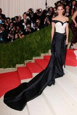 Emma Watson con l'abito di Calvin Klein fatto con plastica riciclata indossato per l'anteprima di Manus x Machina: Fashion in an Age of Technology il 2 maggio 2016Photograph by Rachel Mann