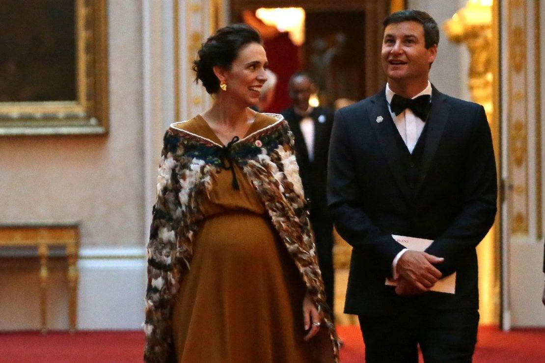 Jacinda Ardern veste Maori: a Buckingham Palace la moda è ancora una volta politica