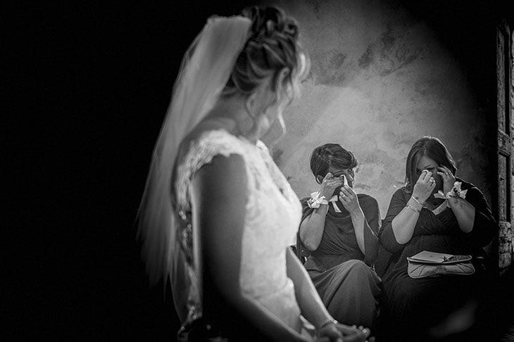 Un fotografo di matrimoni oggi guadagna dai 1.000euro in su. Ma deve aggiornarsi, parteciparea work shop, per farsi conoscere ed essere ingaggiato anche all'estero (nella foto, una festa di engagement a New York).