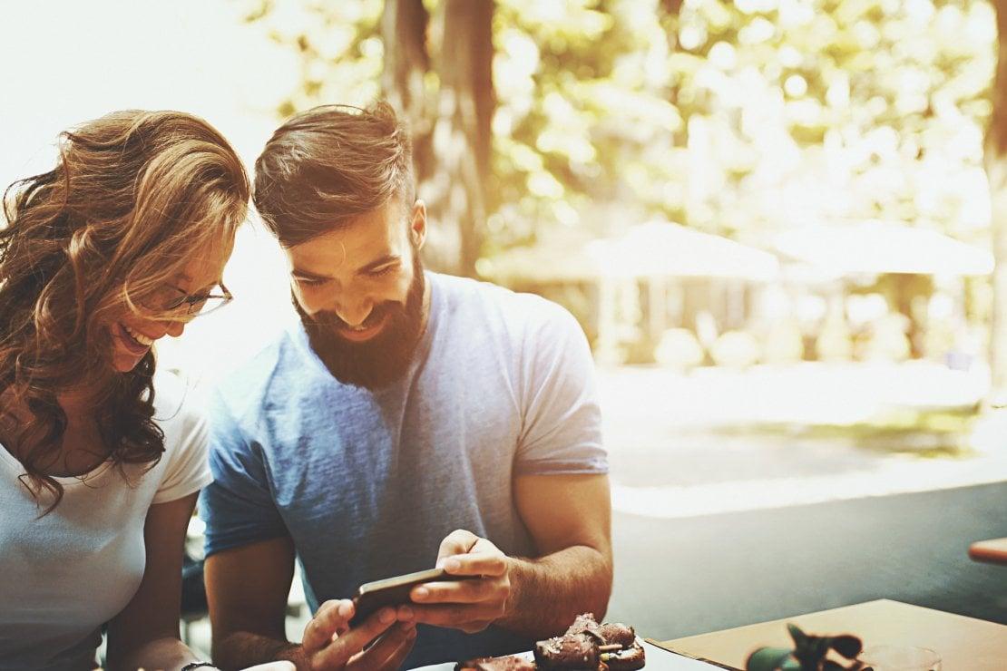 Micro cheating, back burner... come fidarsi del partner nell'era dei social media?
