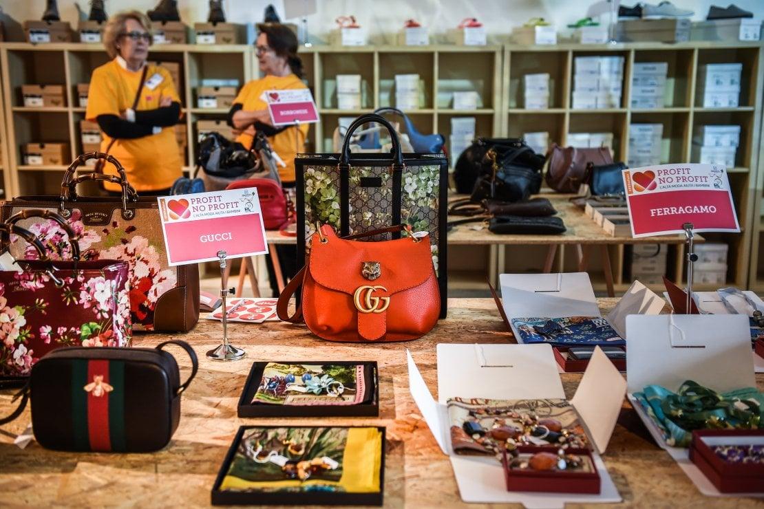 Sconti fino all'80% su capi di lusso: così la moda aiuta (ancora) i bambini
