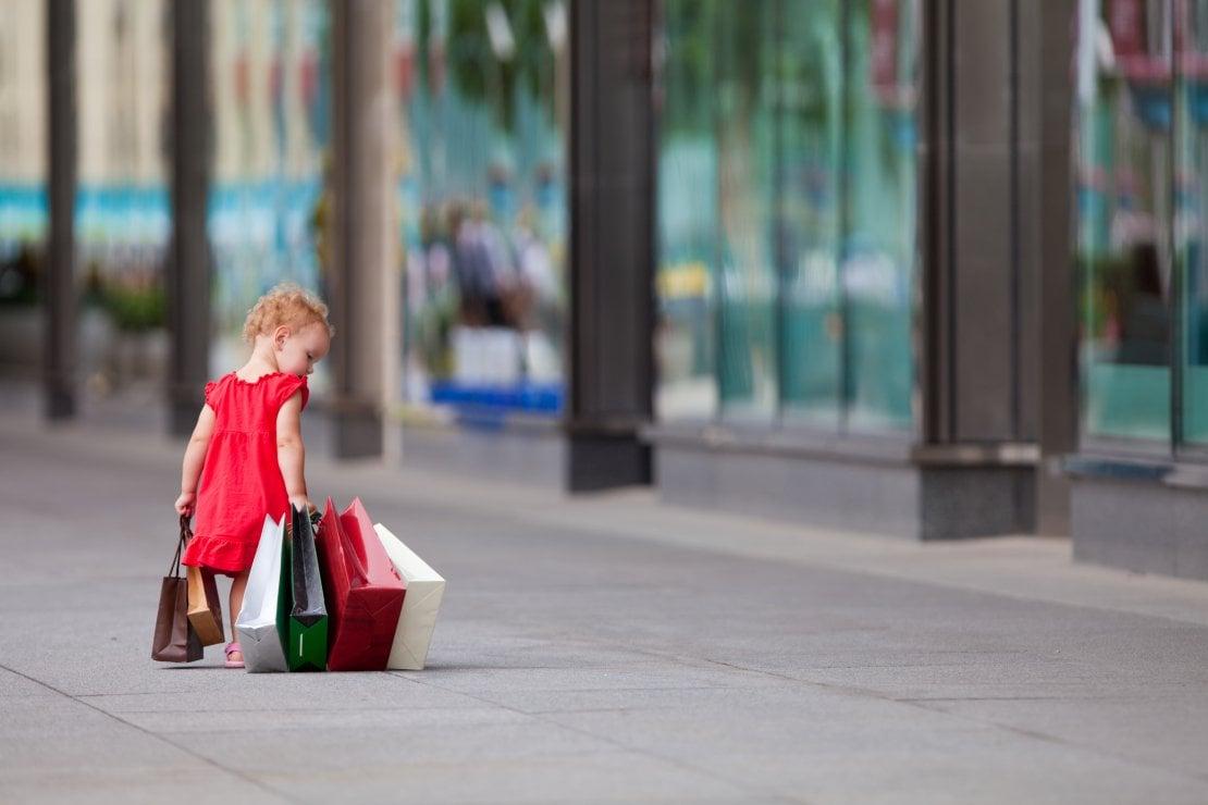 Shopping: perché è importante educare i figli al consumo consapevole